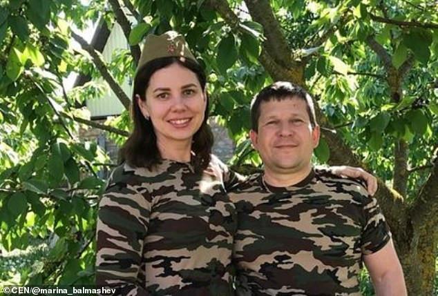 L'influenceuse russe, 35 ans, épouse son beau-fils de 20 ans qu'elle a élevé à partir de 7 ans et révèle qu'ils attendent un bébé après le divorce de son père (Vidéo)