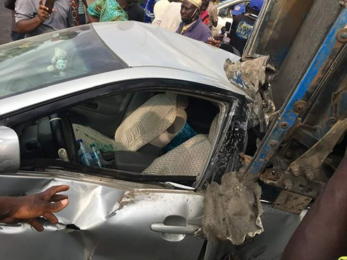 Trailer falls on car at Cele busstop (photos)