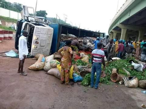 Traders trapped under loads of farm produce as truck crashes in Abeokuta