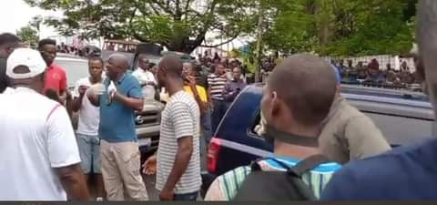 Unidentified man and woman found dead in a Toyota Hylander in Liberia (video)