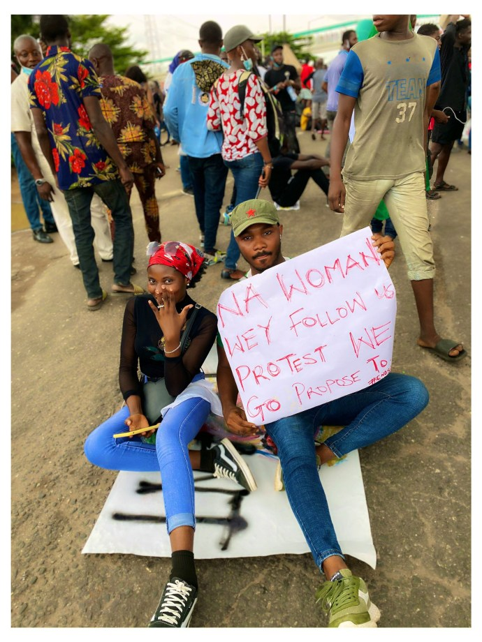 5f86fa5edfc94 Nigerian man proposes to his girlfriend at #EndSARS protest in Lagos (photos)