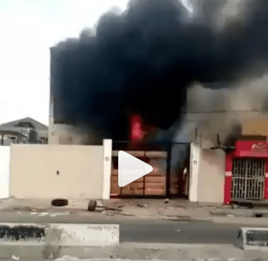 House which allegedly belongs to Governor Sanwo-Olu's mother in Surulere has been set on fire (video)