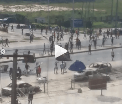 Chaos at Lekki-Epe expressway in Ajah as mob allegedly overpower policemen and seize their guns (videos)