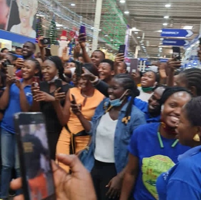 Charley Boy proposes to his wife again in a packed mall after saying he wants to become a monk (photos and videos)