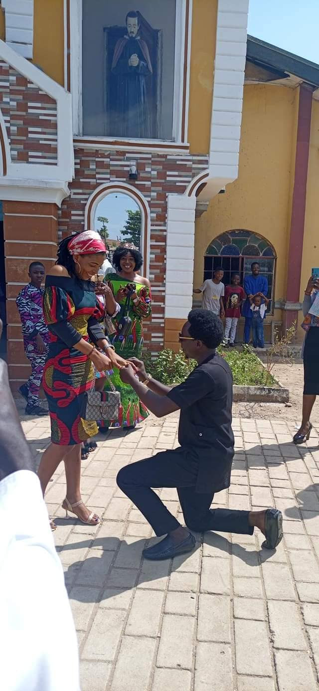 """""""The holy spirit arrested him to ask that big question"""" - Friends poke fun at Nigerian man as he proposes to his girlfriend in church"""