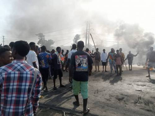 Angry residents block Kaduna-Abuja highway as they protest incessant kidnappings in the area (photos)