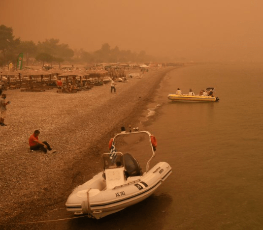 400 flee from raging Italy wildfire as thick plumes of smoke fill the sky
