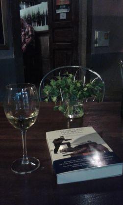 Sonia Santana llevándose el libro de paseo por Vegueta, entre vinos...
