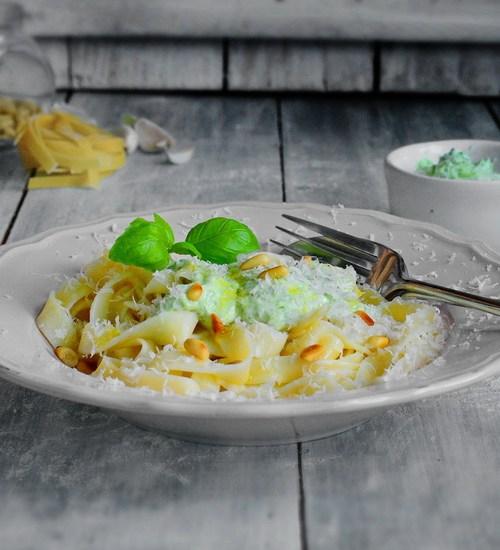 Pesto – din branza proaspata si busuioc – pentru paste sau doar asa de-ntins pe paine