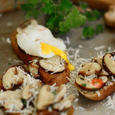 Mic dejun pe pâine prăjită cu ciuperci Shiitake și ouă poșate