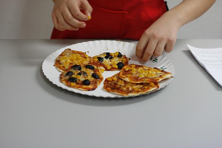 Atelier de gatit pentru copii - Mini pizza - Bucataria familiei mele -alexjuncu