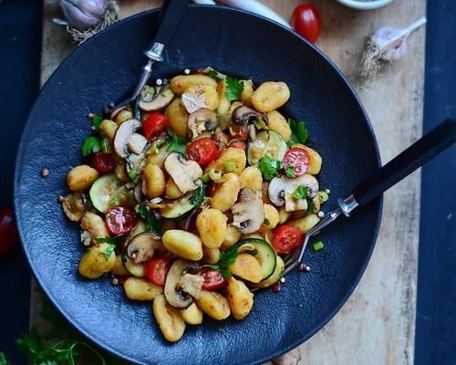 Gnocchi prăjiți cu pesto, ciuperci și zucchini