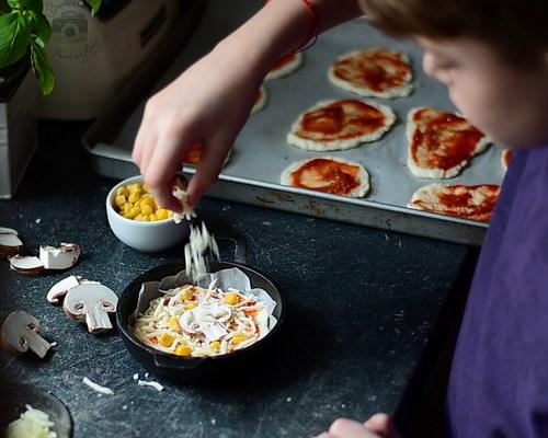 Mini pizza pe blat cu iaurt