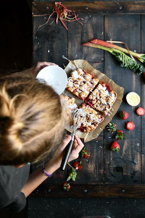 Biscuit cu căpșuni și rubarbă - Bucătăria familiei mele - www.alexjuncu.ro