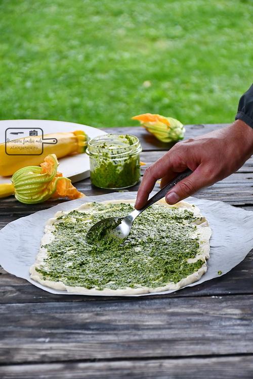 Pizza cu Pesto de semințe de floarea soarelui - Bucătăria familiei melele- alexjuncu.ro
