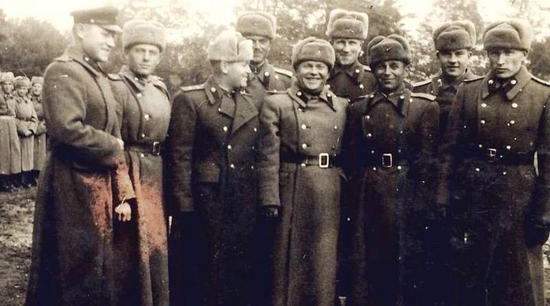 Австрия, артиллерийский полк. (Второй справа в первом ряду – заместитель командира полка И.Э. Бендерский)