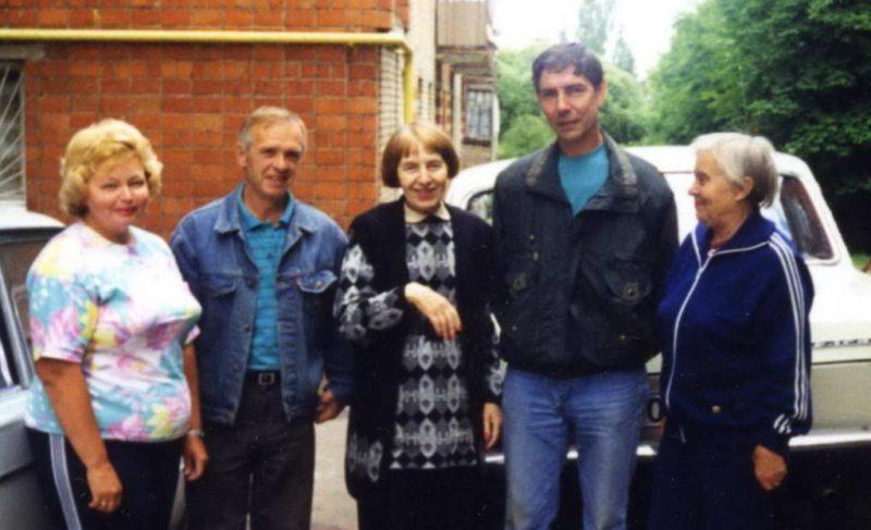 Диктор Валентина Петровна Ершова в центре группы с друзьями