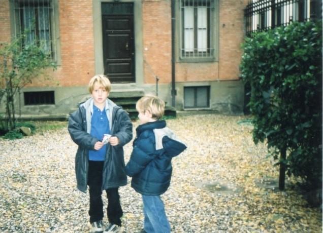 Потомки А. С. Пушкина Михаил и Пётр у православного храма во Флоренции, 1996 г.