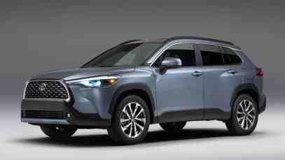2022-Toyota-Corolla-Cross-XLE-AWD-front-three-quarters-01