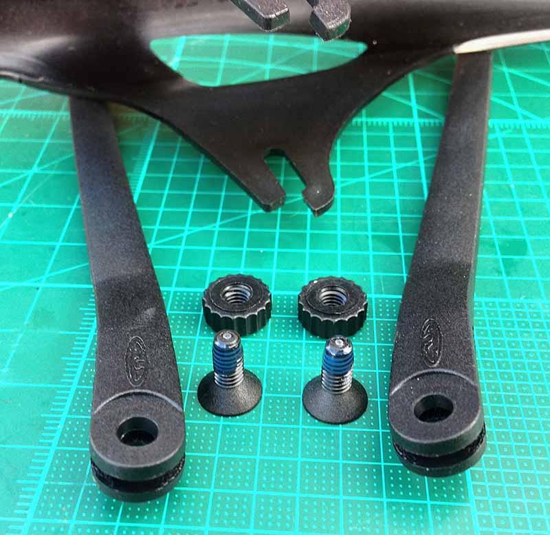 Усы и крыло Crud Roadracer mk2 - на винты крепления нанесен фиксатор резьбы