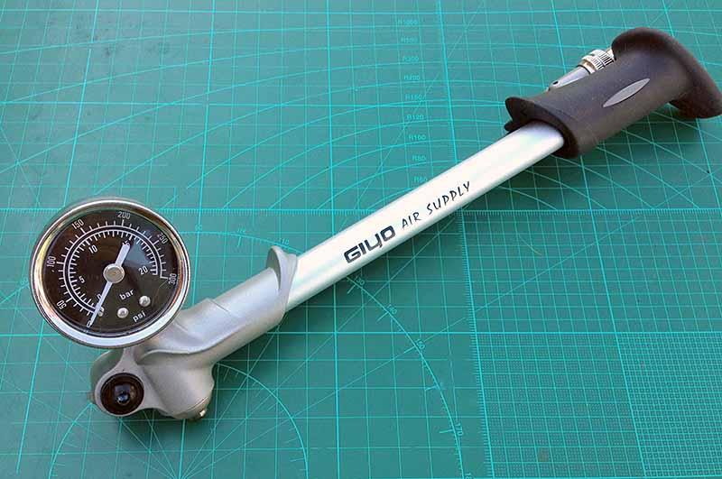 Обзор насоса для велосипедных вилок Giyo Fork Pump 300psi 20bar за 30$ - плюсы и минусы