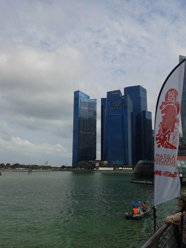 Arrived to the Bay area. On the right side part of the Marina Bay Financial Centre (MBFC) can be seen. Прибыли на местность. С правой стороны видна часть Финансового центра Марина Бэй.