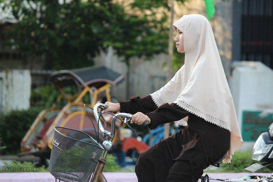olahraga rumahan, membakar kalori, membakar lemak, sehat selalu, menjaga kesehatan, olahraga pagi hari, bersepeda pagi, muslimah bersepeda, muslimah olahraga sepeda