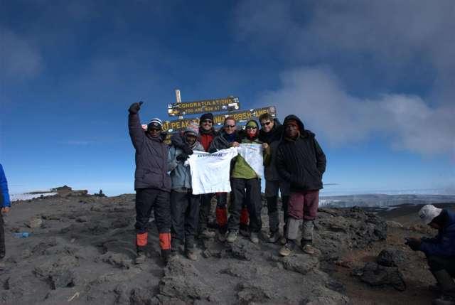Todo el grupo en la Cumbre del Kilimanjaro o Uhuru Peak