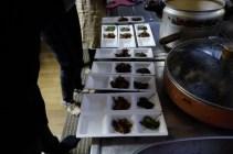 Membantu menata makanan ala Jepang