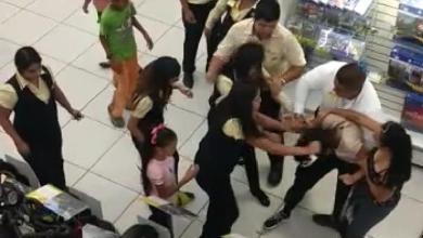 Photo of Feroz pelea entre una mujer y una empleada de tienda departamental