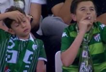 """Photo of Causa revuelo un """"Niño"""" fumando durante partido de fútbol; Te sorprenderá"""