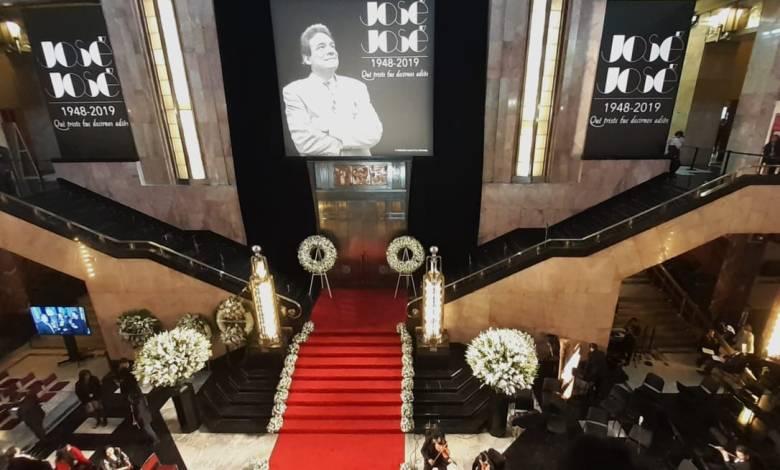 México rinde homenaje a José José