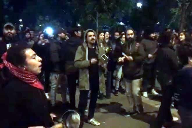 Jóvenes protestan en Chile contra el toque de queda