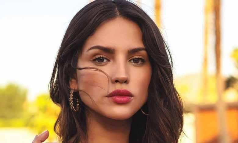 Photo of Eiza da apasionado beso a otra mujer