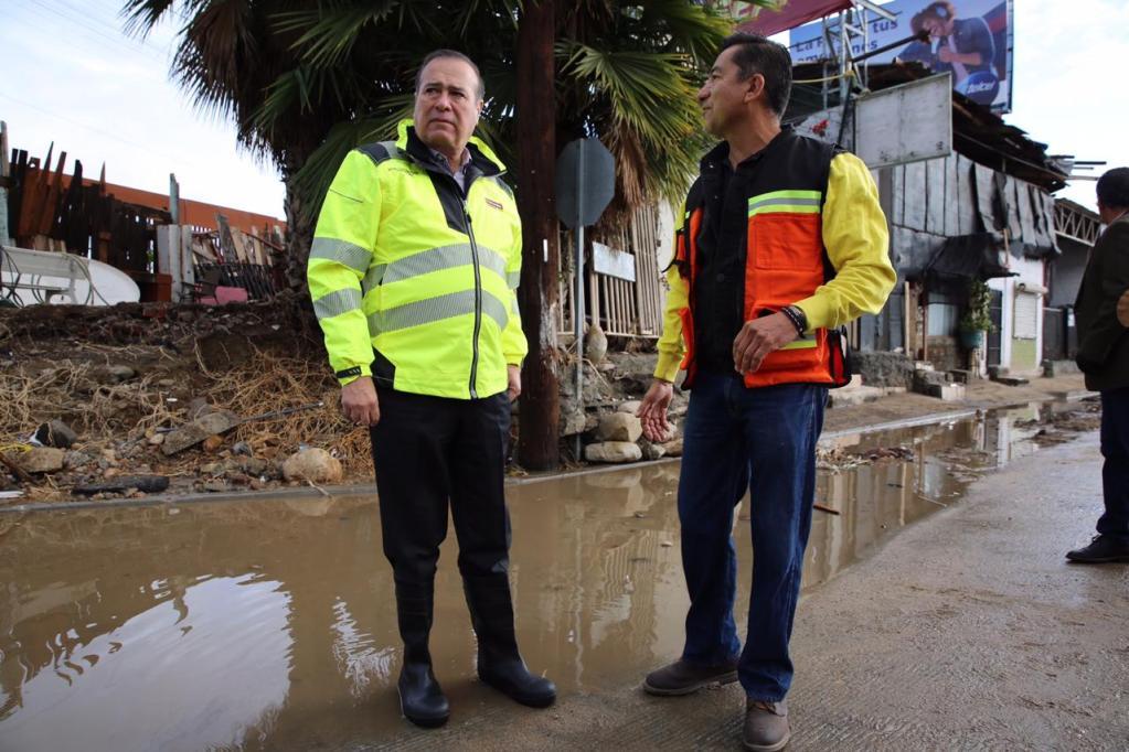 Alcalde recorre zona dañada