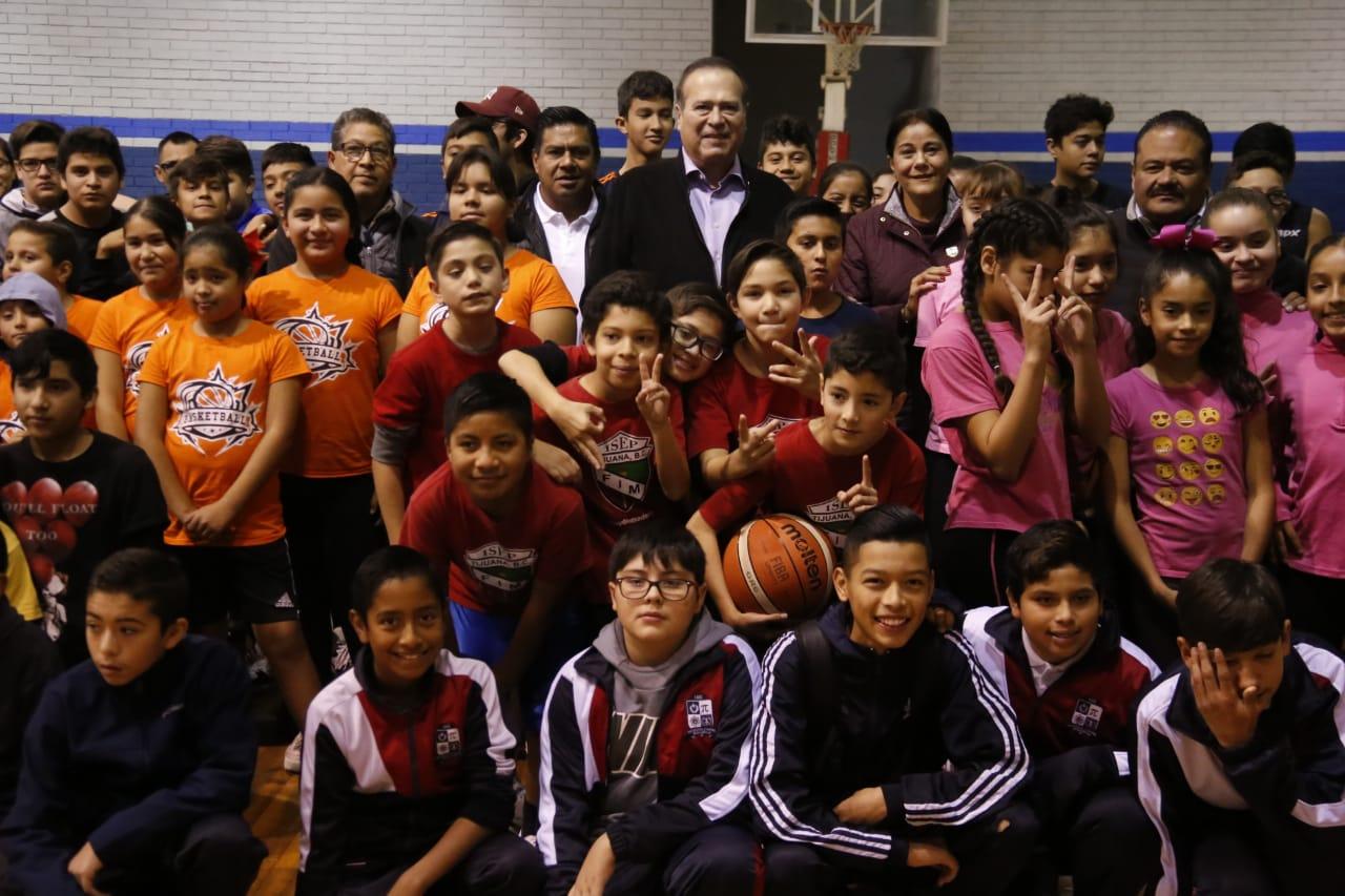 Presidente Arturo González inaugura la final de torneo delegacional de basquet