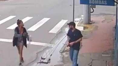 Photo of Una mujer sin hogar pide una moneda. Él saca la pistola y la mata