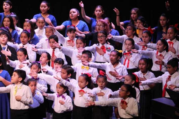 Ensable con la Orquesta de Baja California coro infantil de san quintin