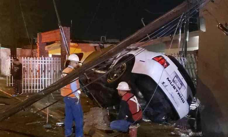 Photo of Estrellan jóvenes su auto con casa; pudo volar una cuadra
