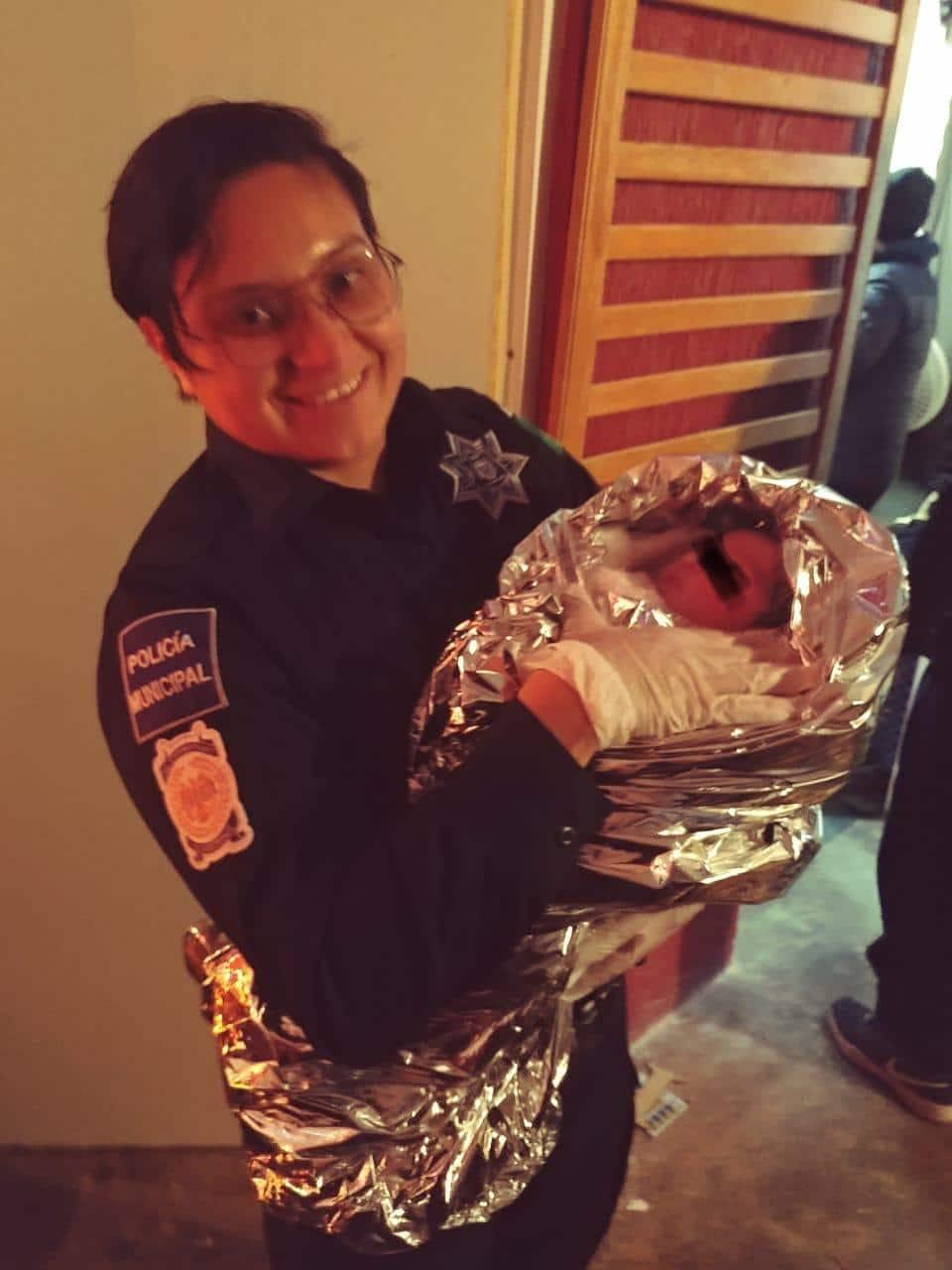 Policías ayudan a embarazada