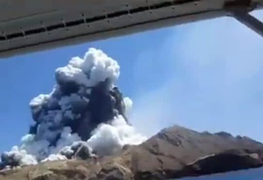 Photo of Erupción de volcán en Nueva Zelanda deja cinco muertos