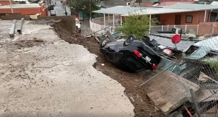 Lluvias causan deslave y auto cae sobre casa