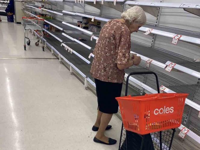 Captan a abuelita llorando en supermercado vacío