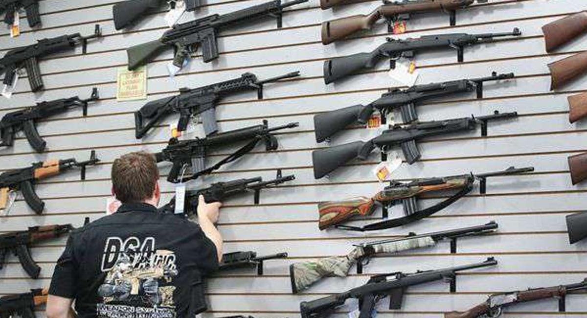 Aumenta venta de armas en EU, temen caos por coronavirus
