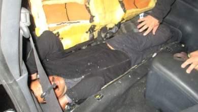 Photo of Jovencita pretendía cruzar a un hombre en asiento de auto