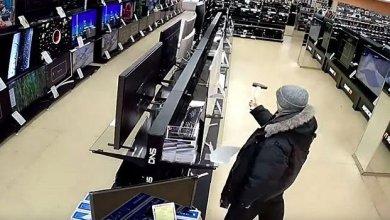 Photo of Hombre entra a tienda y destruye los televisores