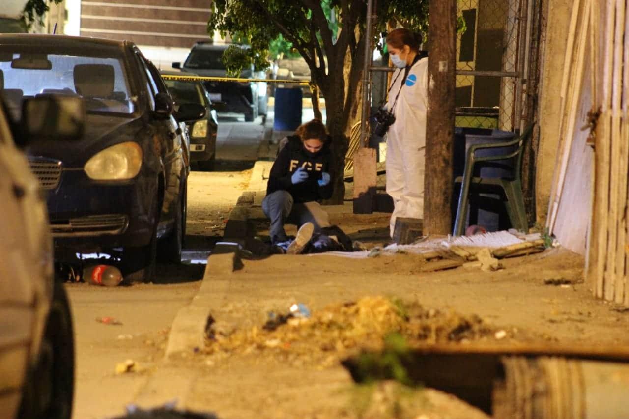 Atacan a balazos a dos hombres; uno muere