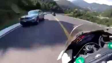 Photo of VIDEO: Motociclista invade carril en zona de curvas