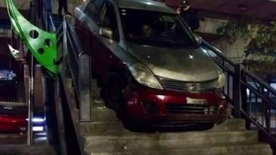 VIDEO-Taxista-cruza-puente-peatonal-a-bordo-de-su-auto