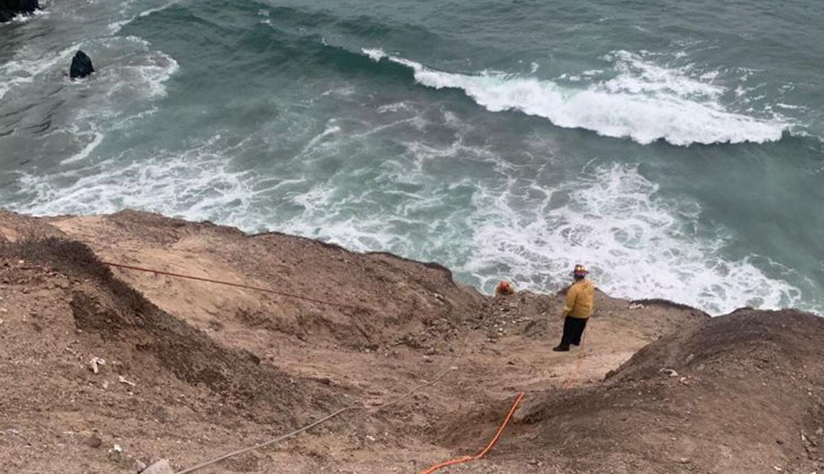 Bomberos-rescatan-a-joven-atrapado-en-acantilado-en-Playas-de-Tijuana